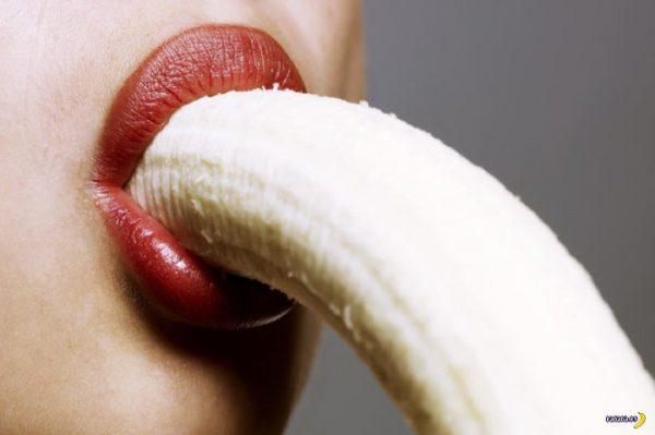Женщина ест банан