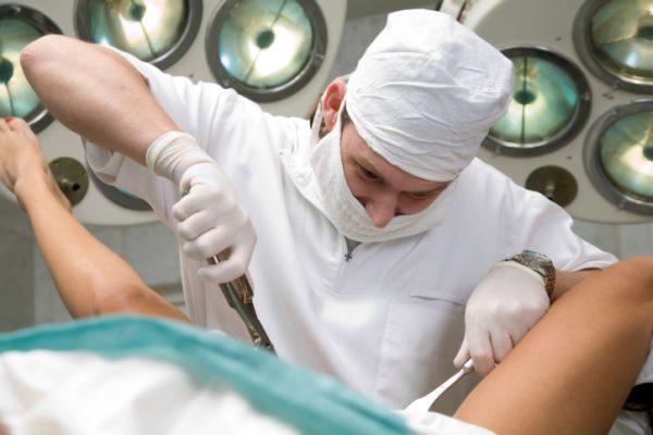 Врач проводит в больнице искусственные роды
