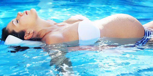 Беременная женщина плавает