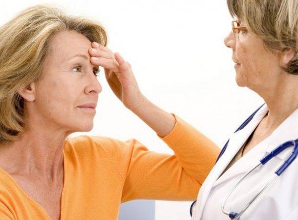 Женщина в возрасте жалуется на недомогание врачу