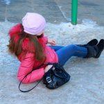 Девушка упала на льду