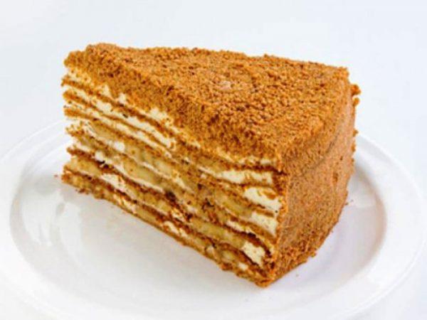 Кусок торта с кремом
