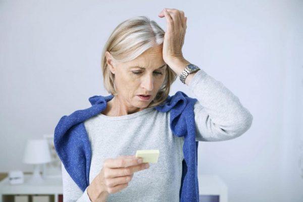 Озадаченная женщина в возрасте