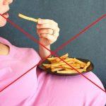 Беременная ест картофель фри