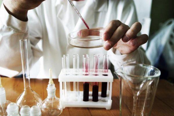 кровь исследуют в лаборатории