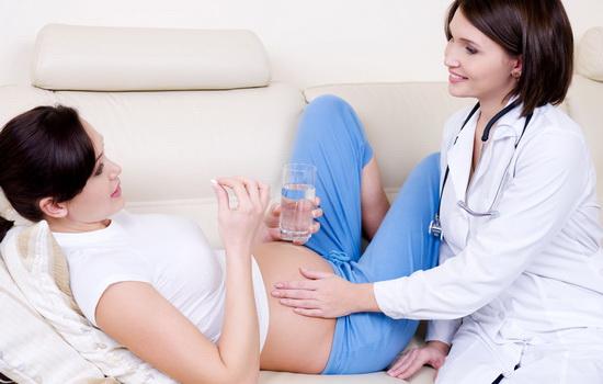 Беременная пьёт таблетки