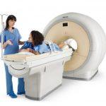 Женщину готовят к процедуре МРТ