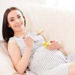 Беременная ест фруктовый салат
