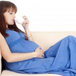 Беременная подносит чашку ко рту