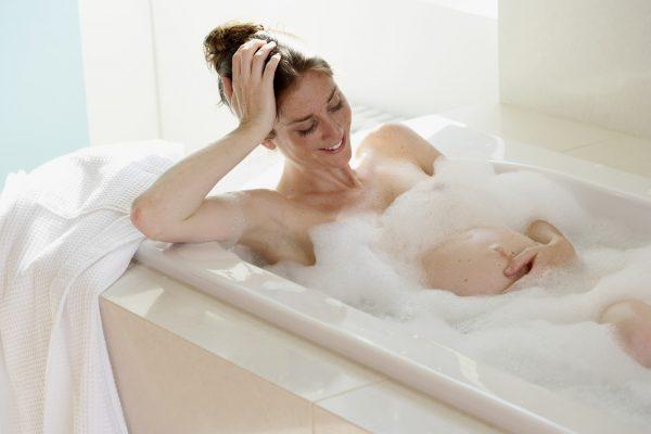 Беременная в ванне с пеной
