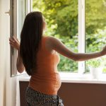 Беременная женщина у открытого окна