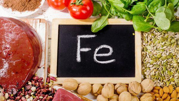 Продукты, богатые железом (печень, красное мясо, орехи, зелень)