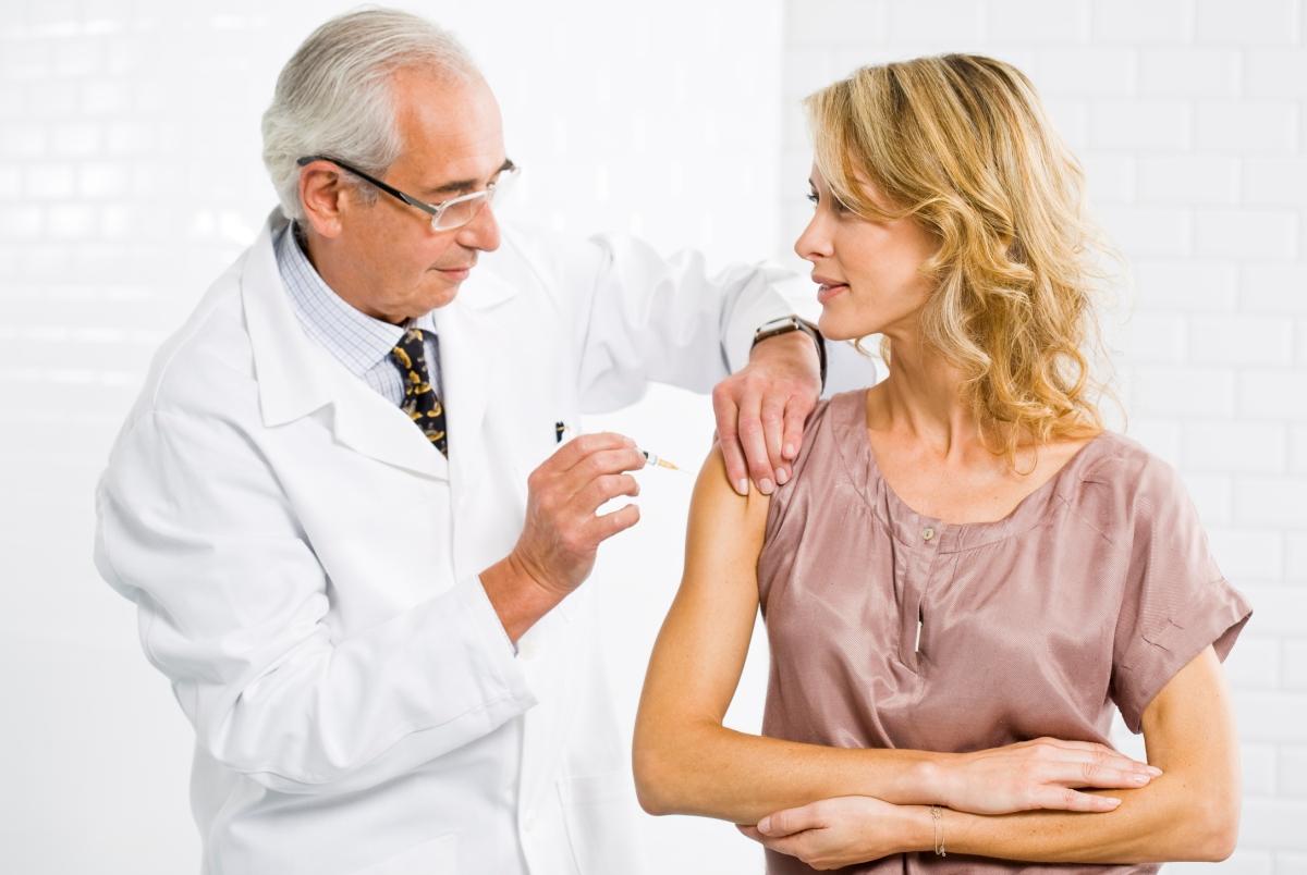 женщине делают прививку