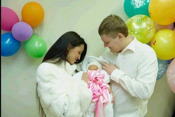 Мужчина и женщина держат малыша