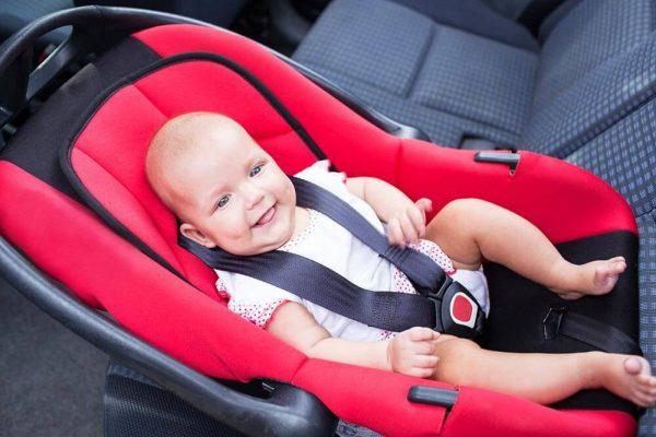 младенец пристёгнут ремнями безопасности в автокресле
