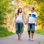 Беременная гуляет с мужем на улице
