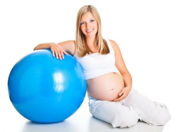 Беременная и фитбол