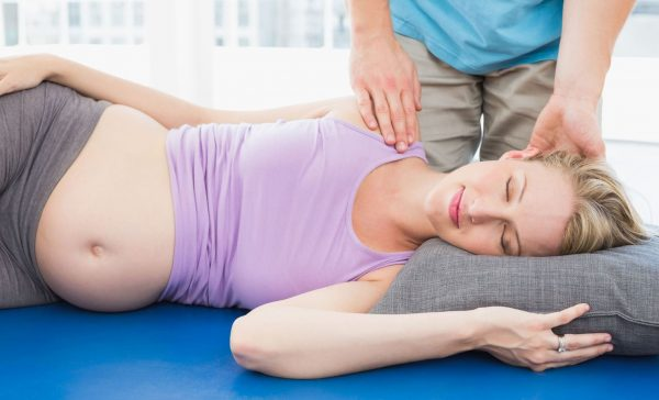 Беременная лежит на боку
