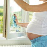 беременная моет окно