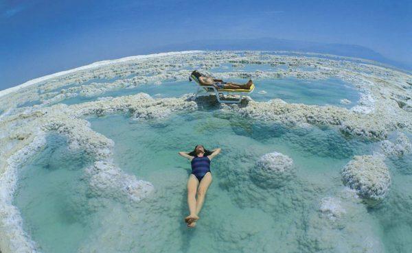 женщина в воде на Мёртвом море
