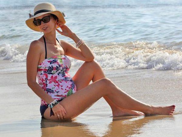Беременная Анастасия Цветаева на пляже