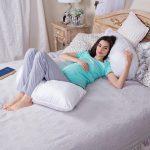 Беременная на подушке в форме буквы J