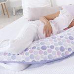 Беременная на подушке в форме бумеранга
