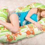 Беременная на подушке в форме улитки
