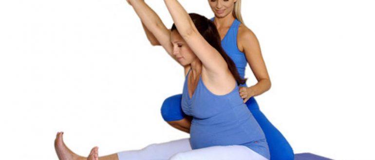 беременная поднимает руки