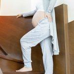 Беременная поднимается по лестнице