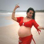Беременная покачивает тазом в ходе восточного танца