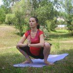 Беременная сидит на корточках