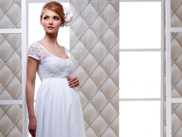 Беременная жещина в свадебном платье