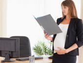 беременная женщина читает трудовой кодекс