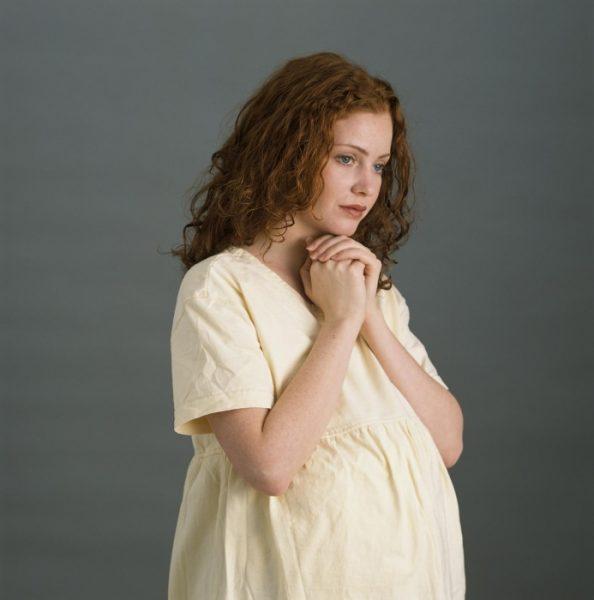 Беременная женщина молится