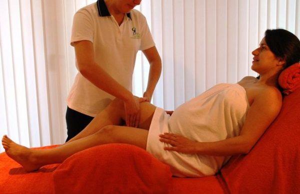 Массирование ног беременной