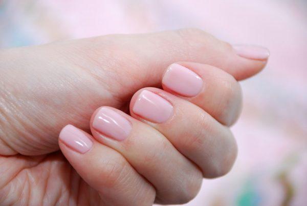 Нежно-розовый гель-лак на ногтях рук