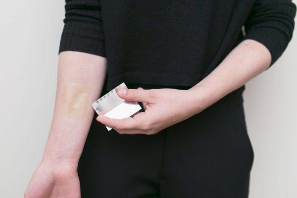 никотиновый пластырь на руке