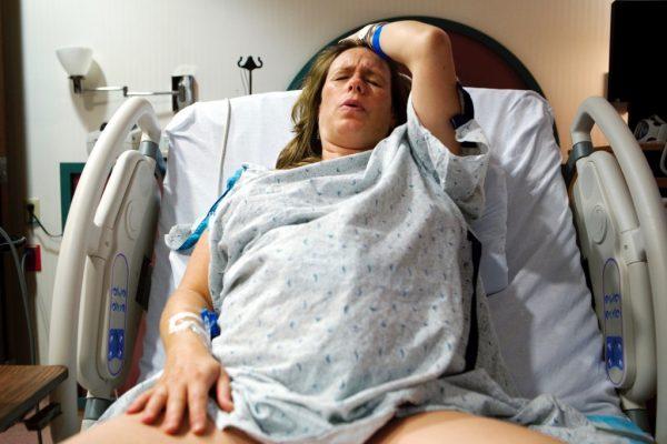 Женщина на акушерском кресле во время схваток