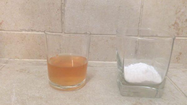 Стаканы с мочой и пищевой содой