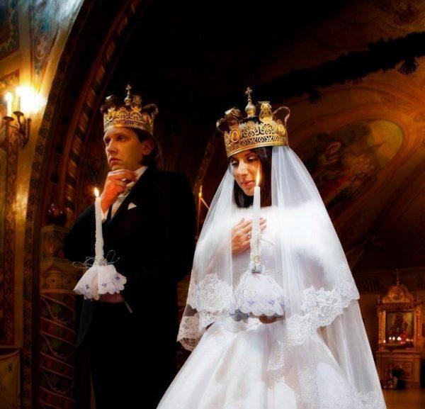 Супружеская пара с венчальными свечами