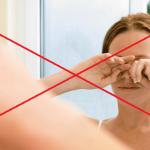 Женщина перед зеркалом трёт глаза руками