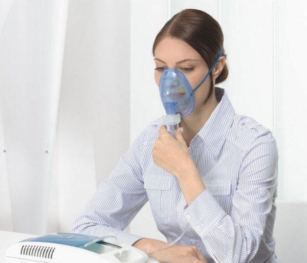 женщина с небулайзером