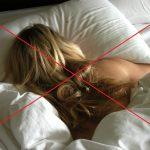 Женщина спит на животе, уткнув в подушку лицо