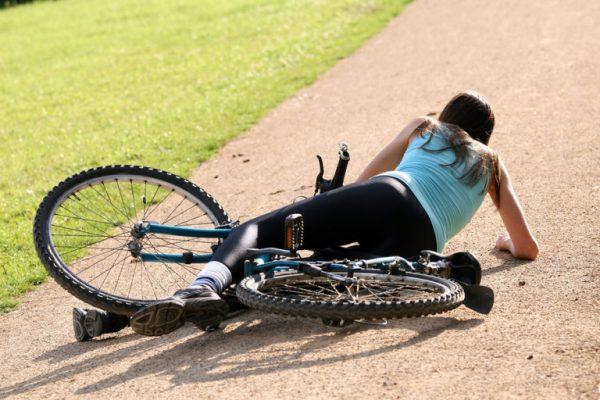 Женщина упала с велосипеда