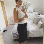 Беременная девушка на сроке 12 недель фотографирует себя в зеркале