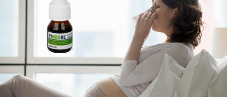 Беременная женщина сморкается в салфетку