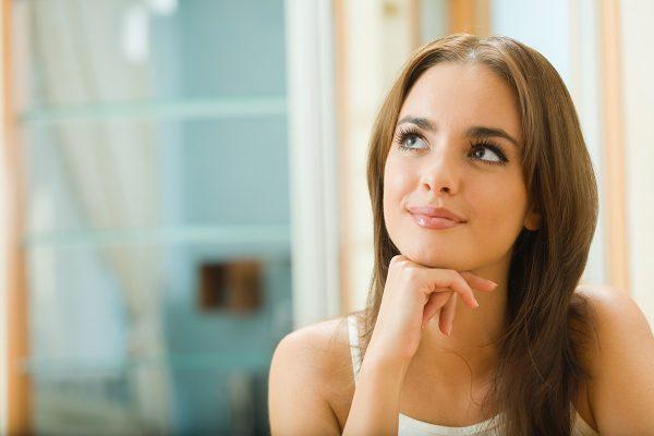 Девушка задумчиво улыбается