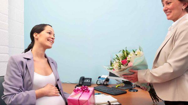 Коллега дарит цветы беременной женщине
