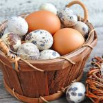 Куриные и перепелиные яйца в корзинке